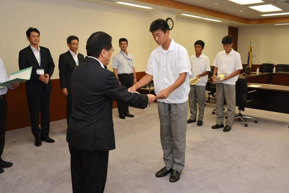 サッカー部を代表して授賞式に臨んだ金川くん(左)と工藤くん(右)